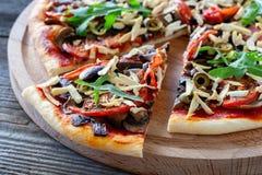 Vegetarische pizza met tofu, paddestoelen, tomaten, olijven en arug stock afbeeldingen