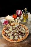 Vegetarische Pizza mit Hartkäse und Zichorie Stockfoto