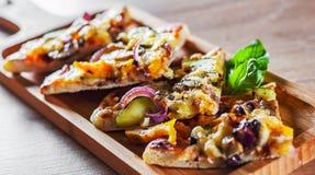 Vegetarische Pizza mit Mozzarellakäse, gegrillter Zucchini, Pilzen, roter Zwiebel, Pfeffer und frischem Basilikum Italienische Pi stockbild