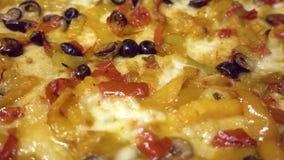 Vegetarische Pizza mit Pfeffern, Mozzarellakäse und schwarzen Oliven stock footage