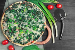 Vegetarische Pizza mit Spinat Stockbild