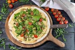 Vegetarische Pizza mit Tomaten stockbilder