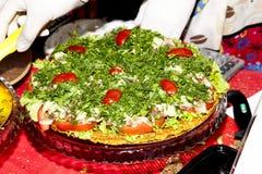 Vegetarische Pizza ohne Hefe mit Gemüse an der Messe von ihm Lizenzfreie Stockfotos