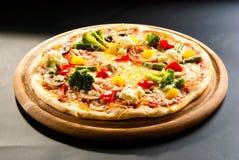 Vegetarische pizza op de raad Royalty-vrije Stock Afbeeldingen