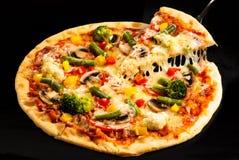 Vegetarische pizza op de raad Stock Foto