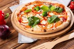Vegetarische pizza op een houten achtergrond met paddestoelen, broccoli, kaas en paprika en basilicum Hoogste mening stock foto's