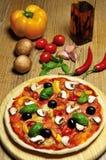 Vegetarische Pizza und Bestandteile Stockbilder