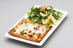 Vegetarische Pizza und Salat Stockbild