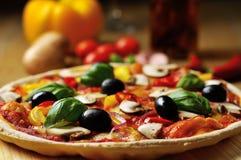 Vegetarische Pizza von der Seitennahaufnahme Stockfoto