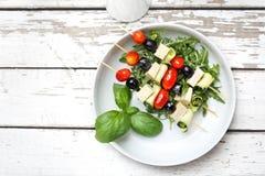 Vegetarische plantaardige shashlik die van kersentomaten, mozarella en zwarte olijven wordt gemaakt royalty-vrije stock foto