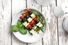 Vegetarische plantaardige shashlik die van kersentomaten, mozarella en zwarte olijven wordt gemaakt royalty-vrije stock fotografie