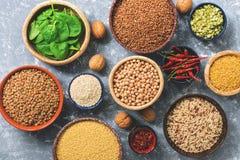 Vegetarische Proteinquellen: Hülsenfrüchte, Getreide, Spinat, Gewürze, Nüsse Gesunde ausgeglichene Mahlzeit Draufsicht, flache La stockbild