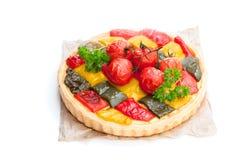 Vegetarische quiche met gekleurde peper en kersentomatenisola royalty-vrije stock afbeelding