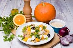 Vegetarische quinoa salade met pompoen Royalty-vrije Stock Afbeeldingen