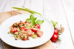 Vegetarische Quinoa saladeschotel op witte houten achtergrond Royalty-vrije Stock Afbeeldingen