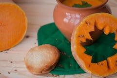 Vegetarische roomsoep van een pompoen met toosts Royalty-vrije Stock Foto