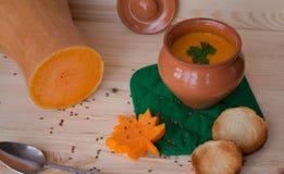 Vegetarische roomsoep van een pompoen met toosts Stock Afbeelding