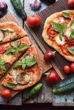 Vegetarische rustikale Pizzas Frisch gebackene Pizzas mit Auberginen, Stockfotografie