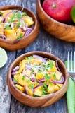 Vegetarische salade met mangosinaasappelen en rode ui op houten Royalty-vrije Stock Afbeelding