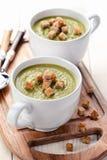 Vegetarische Suppe der grünen Erbse mit Croutons Lizenzfreies Stockfoto