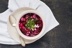 Vegetarische Suppe des Sommers auf dem Holztisch Stockbilder