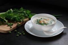 Vegetarische Suppe mit grünen Erbsen, frische Petersilie, Dill Lizenzfreies Stockfoto