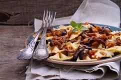Vegetarische Teigwaren mit Aubergine Stockbild