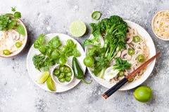 Vegetarische traditionele Vietnamese soep Pho BO met kruiden, rijstnoedels, broccolini, bok choy Aziatisch voedselconcept royalty-vrije stock foto's