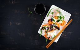 Vegetarische vietnamesische Frühlingsrollen mit würzigen Garnelen, Garnelen, Karotte, Gurke stockfotografie