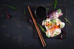 Vegetarische vietnamesische Frühlingsrollen mit würzigen Garnelen, Garnelen, Karotte, Gurke stockfoto