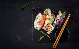 Vegetarische vietnamesische Frühlingsrollen mit würzigen Garnelen, Garnelen, Karotte, Gurke lizenzfreies stockfoto