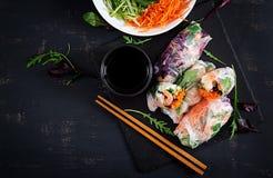 Vegetarische vietnamesische Frühlingsrollen mit würzigen Garnelen, Garnelen, Karotte, Gurke lizenzfreies stockbild