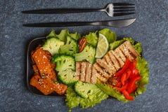 Vegetarischer asiatischer Salat mit Süßkartoffel, gegrillter Tofu, Brokkoli Lizenzfreie Stockfotos