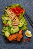 Vegetarischer asiatischer Salat mit Süßkartoffel, gegrillter Tofu, Brokkoli Stockfoto