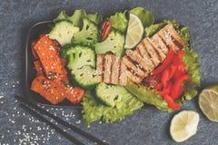 Vegetarischer asiatischer Salat mit Süßkartoffel, gegrillter Tofu, Brokkoli Lizenzfreie Stockbilder