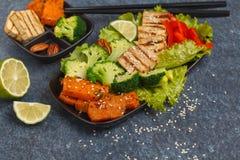 Vegetarischer asiatischer Salat mit Süßkartoffel, gegrillter Tofu, Brokkoli Stockbild