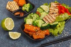 Vegetarischer asiatischer Salat mit Süßkartoffel, gegrillter Tofu, Brokkoli Stockfotos
