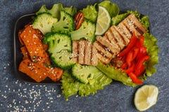 Vegetarischer asiatischer Salat mit Süßkartoffel, gegrillter Tofu, Brokkoli Lizenzfreies Stockbild
