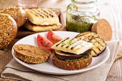 Vegetarischer Burger mit Käse, Aubergine und Pesto Stockfotos