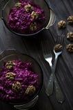 vegetarischer gesunder Salat von roten Rüben und von Walnüssen Stockfoto