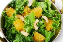 Vegetarischer indischer Restaurantteller, frischer Acajoubaum und orange Salat Stockbild