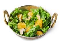 Vegetarischer indischer Restaurantteller, frischer Acajoubaum und orange Salat lokalisiert Stockfotografie