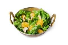 Vegetarischer indischer Restaurantteller, frischer Acajoubaum und orange Salat lokalisiert Stockfoto