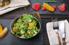Vegetarischer indischer Restaurantteller, frischer Salat auf Holz Stockbild