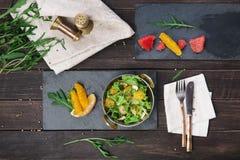 Vegetarischer indischer Restaurantteller, frischer Salat auf Holz Stockbilder