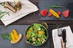 Vegetarischer indischer Restaurantteller, frischer Salat auf Holz Lizenzfreies Stockfoto