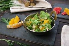 Vegetarischer indischer Restaurantteller, frischer Salat auf Holz Lizenzfreie Stockbilder