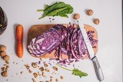 Vegetarischer Salat mit purpurrotem Kohl Karotte Lage flach Lizenzfreie Stockfotografie