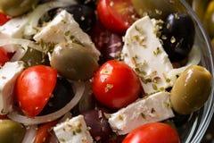 Vegetarischer Salat mit Tomaten, Feta, Oliven und Frischgemüse Stockbild