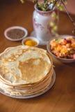 Vegetarischer Stapel Frühstück des Morgens von köstlichen selbst gemachten Pfannkuchen oder von Blini Lizenzfreies Stockbild